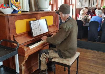 musicien-pianiste-cafe-de-la-gare
